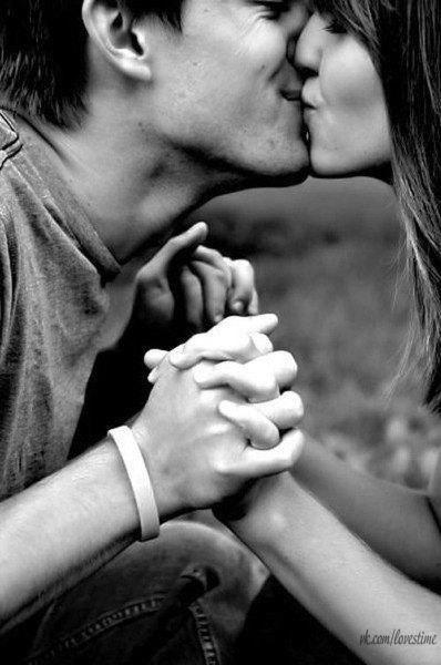Что означает поцелуй в руку от своего парня